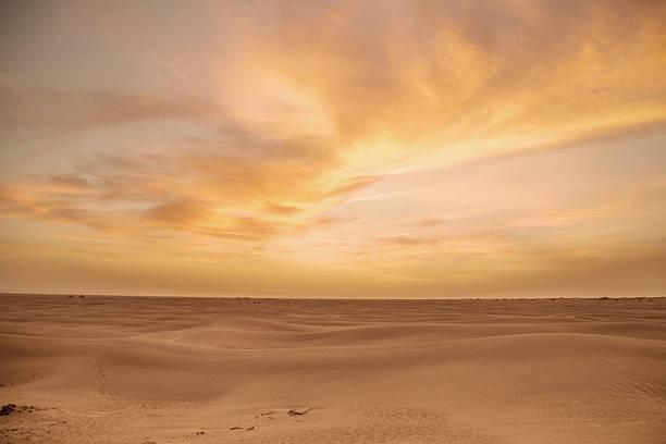 desierto nubes - desierto fotografías e imágenes de stock