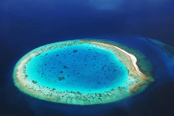 Isola deserta nell'oceano - foto stock