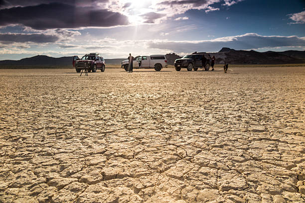 wüstenlandschaft film crew - dokumentation stock-fotos und bilder
