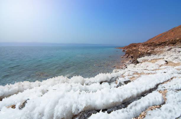 Wüstenlandschaft der Küste des Toten Meeres mit weißem Salz, Jordanien, Israel – Foto