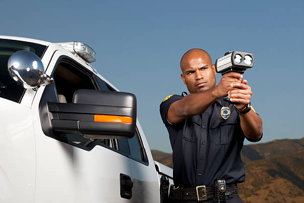 desert patrol agent mit ein radar pistole - geschwindigkeitskontrolle stock-fotos und bilder