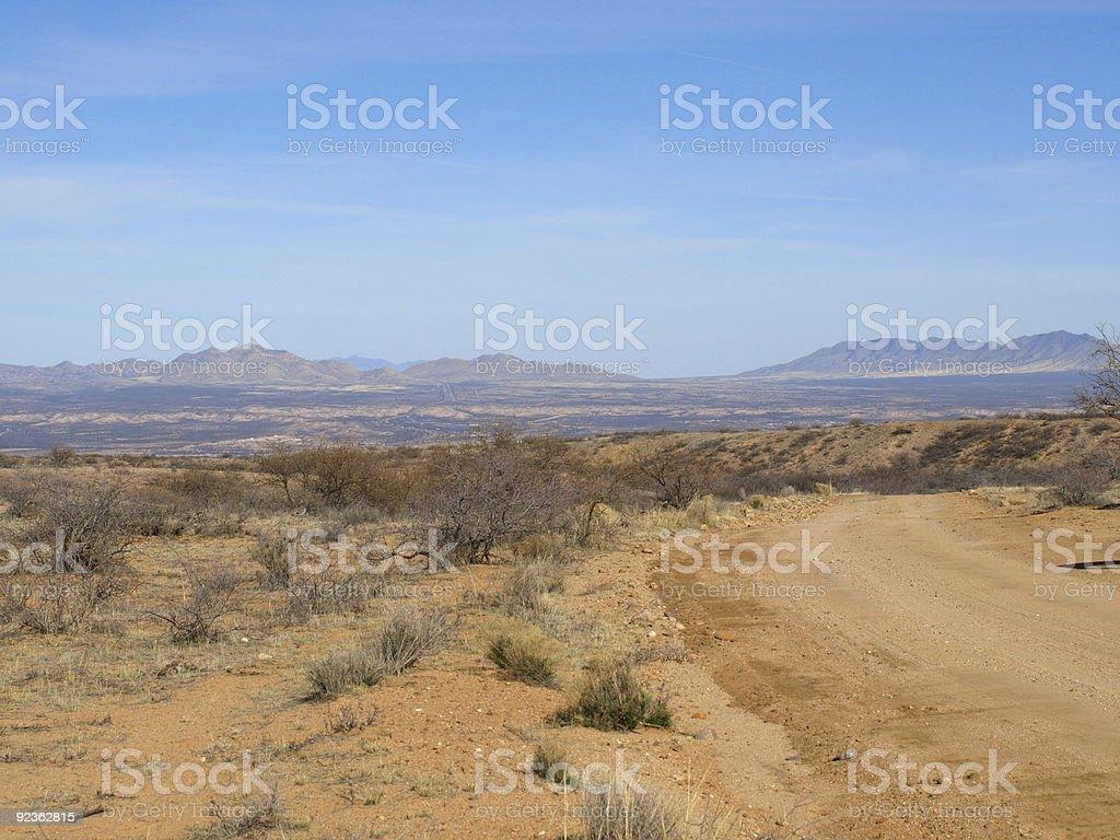 Desert road und die Berglandschaft Lizenzfreies stock-foto