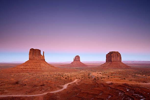 der dämmerung - colorado plateau stock-fotos und bilder