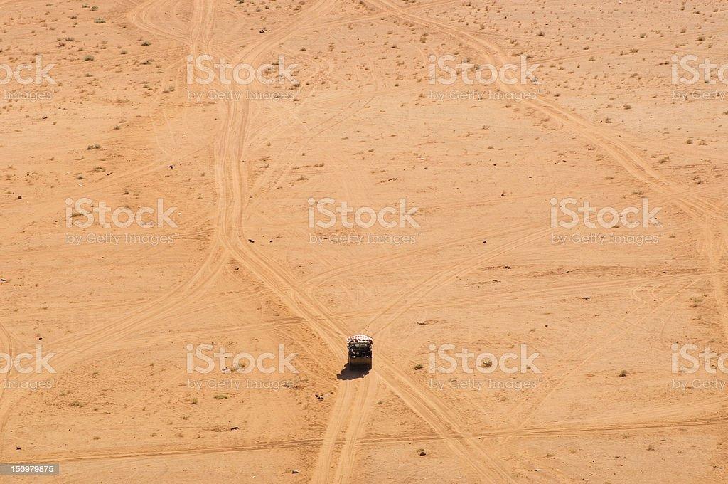 Wüste Straße und Fahrzeug im Wadi Rum, Jordanien – Foto