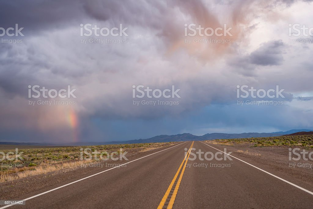 Tormenta sobre la carretera del desierto - foto de stock