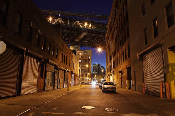 Einsames Brooklyn DUMBO der Straße unter der Brücken bei Nacht – Foto