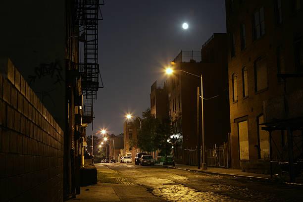 Einsames Brooklyn DUMBO der Backstreet in der Nacht mit Vollmond – Foto