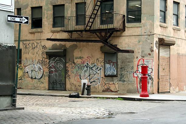 コブルストーン backstreet 続くダンボ、ブルックリンのグラフィティ - street graffiti ストックフォトと画像