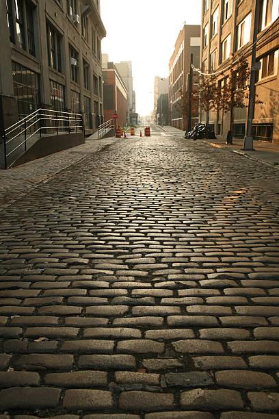 Einsames DUMBO Brooklyn Kopfsteinpflaster der Backstreet im Morgengrauen – Foto