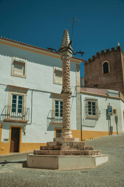 deserted square with marble pillory and old buildings - elvas imagens e fotografias de stock
