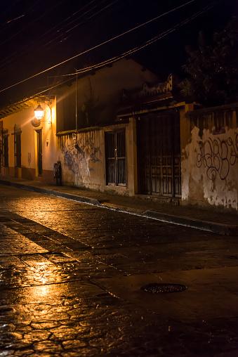Calle Desierta Por La Noche En El Centro Histórico De La Ciudad De La Época  Colonial San Cristóbal De Las Casas Chiapas México Foto de stock y más  banco de imágenes de