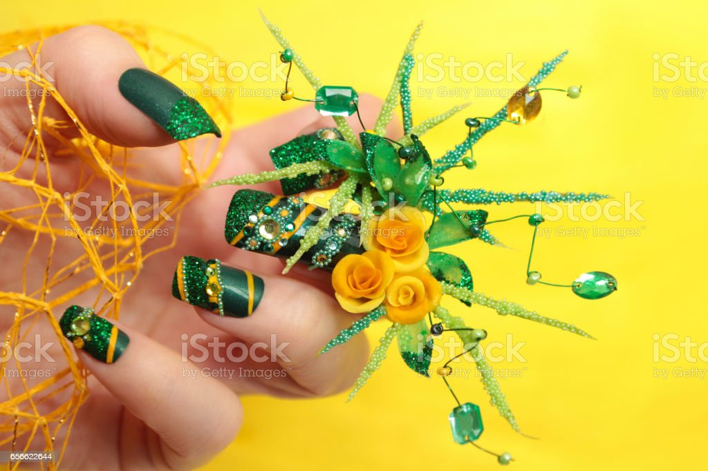 Entwerfen Sie Grune Acrylnagel Mit Gelben Rosen Stock Fotografie Und