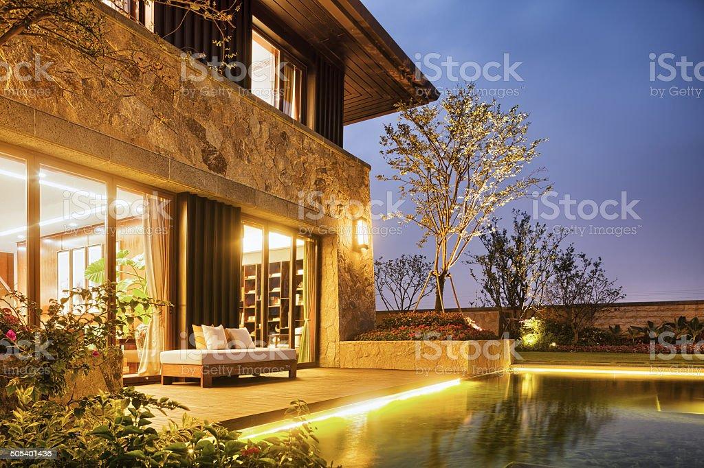 Diseño De Terraza De Moderno Edificio Cerca De Estanque Foto