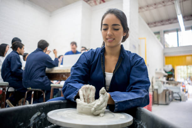 陶芸をやって大学のデザイン学生 - 美術の授業 ストックフォトと画像