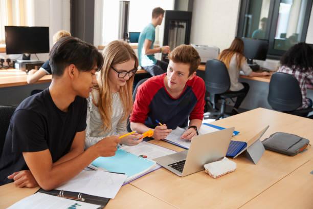 designstudenter som arbetar i cad/3d utskrift lab tillsammans - digital device classroom bildbanksfoton och bilder