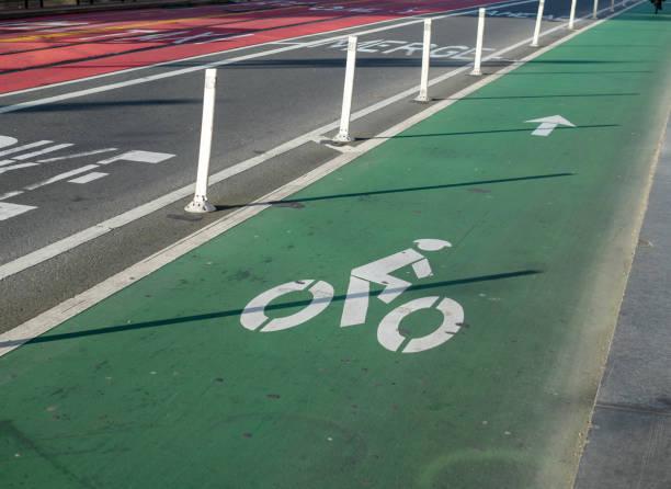 radweg auf einer belebten straße benannt - fahrradwege stock-fotos und bilder