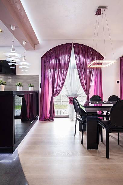 inneneinrichtung in luxus-residence - küche deko lila stock-fotos und bilder