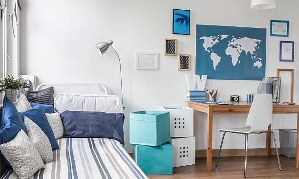 gestaltete zimmer für männliche teenager - schlafzimmer teenager stock-fotos und bilder