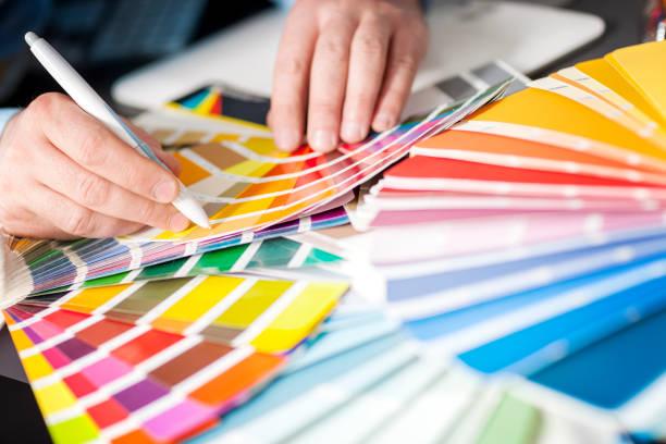 concepteur choisit des couleurs - graphisme photos et images de collection