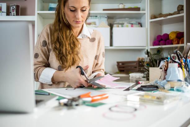 farbiges papier designer schneiden - sammelalbum stock-fotos und bilder