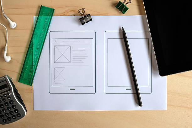 designer-schreibtisch mit papier prototyp eines tablet-applikation - prototype stock-fotos und bilder