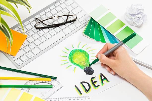 designer zeichnung einer glühbirne. brainstorming-cocnept. - filzunterlage stock-fotos und bilder