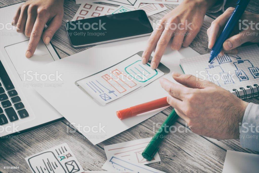 Diseñador de dibujo desarrollo de aplicación web ux. - foto de stock