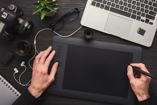 그래픽 태블릿과 키보드와 디자이너 손 개념에 대한 스톡 사진 및 기타 이미지