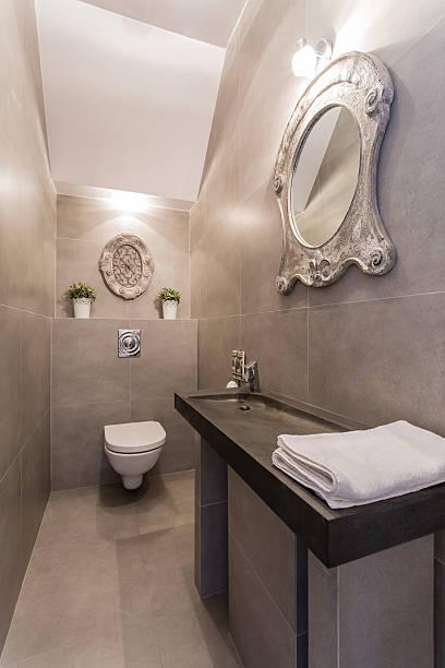 designer-spiegel in luxus-badezimmer - badmöbel gäste wc stock-fotos und bilder