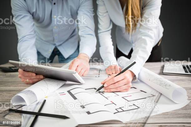Designer Diskutieren Die Skizzen Im Inneren Des Hauses Stockfoto und mehr Bilder von Arbeiten
