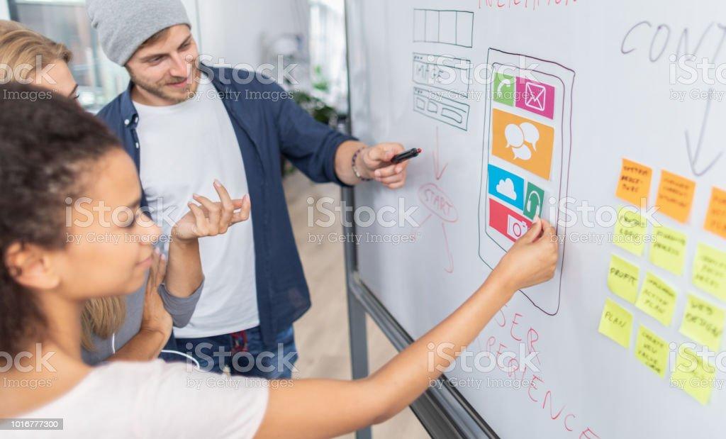 Designer zeichnen Website Ux-app-Entwicklung. - Lizenzfrei Am Telefon Stock-Foto