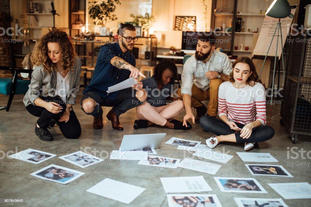 Designer, die Layout auf Etage des modernen Büros – Foto