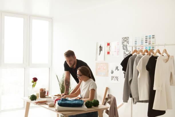designer-team diskutieren neue kollektion im ethnischen showroom - exklusive mode stock-fotos und bilder