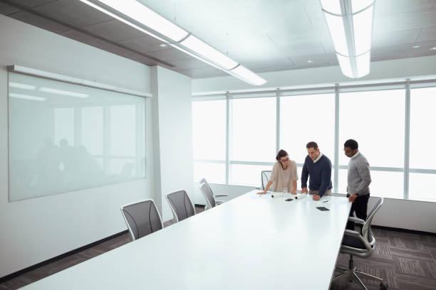 ontwerpers werken aan lay-outs in de vergaderzaal - groothoek stockfoto's en -beelden