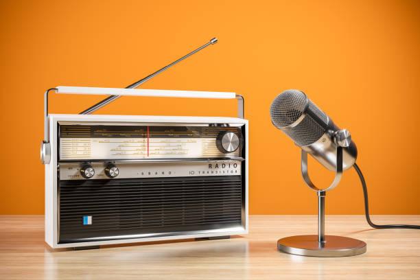Schreibtisch-Mikrofon und Radio auf Tisch. Das Konzept des Radiosenders. 3d – Foto
