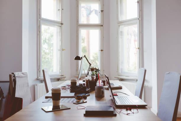 啟動 coworking 商務辦公的桌子 - 小型辦公室 個照片及圖片檔