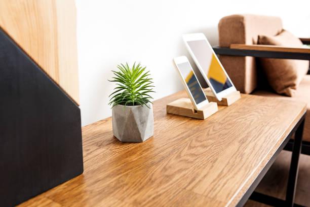 schreibtisch mit handy und modernen computer drauf - wohnzimmermöbel holz stock-fotos und bilder