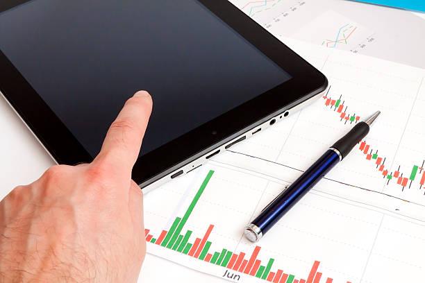 schreibtisch mit digitalen tablet.  marketing-forschung. - scyther5 stock-fotos und bilder