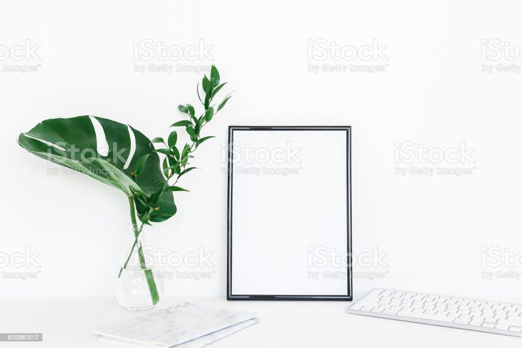Schreibtisch Mit Fotorahmen Notebook Computer Grüne Blätter Stock ...