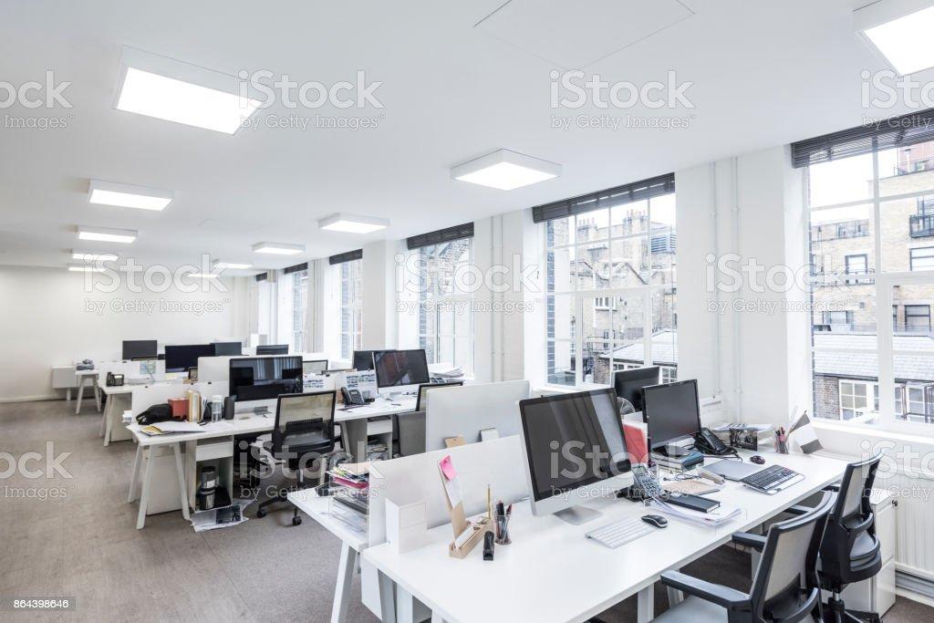 Deskspace dans les bureaux modernes avec des ordinateurs