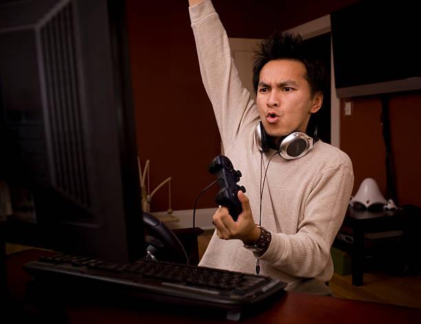 デスクトップのゲーマーの中に手を上げるのは、興奮に輝く、copyspace - ゲーム ヘッドフォン ストックフォトと画像