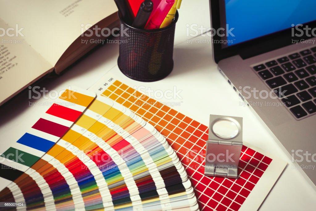 Escritorio en estudio de diseño gráfico - foto de stock