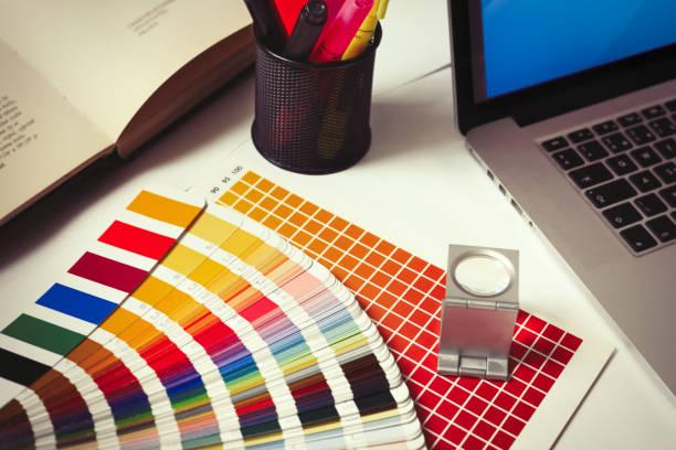 ordinateur de bureau dans le studio de design graphique - graphisme photos et images de collection