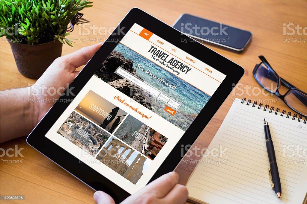 Ordinateur tablette à écran plat sur le site Web de l'agence de voyages - Photo