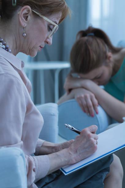 femme et thérapeute de désespoir - hopital psychiatrique photos et images de collection