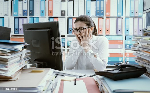 istock Desperate office worker having computer problems 916423000