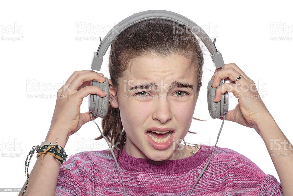 Ein verzweifelter Teenager Mädchen zeigt Ihre Kopfhörer – Foto