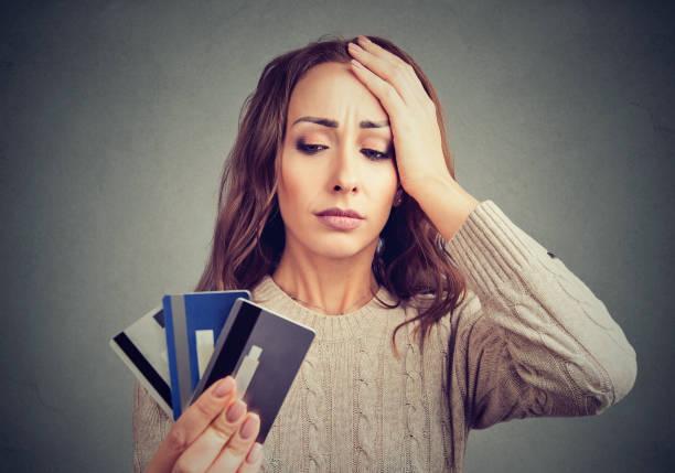 mujer desesperada teniendo problemas de tarjeta de crédito de préstamo - deuda fotografías e imágenes de stock