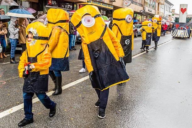 minions schändlichen mich, im karneval in prado, portugal - minion thema stock-fotos und bilder