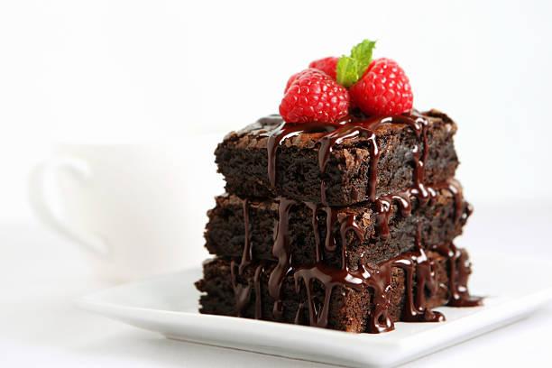 dessert mit schokolade-kuchen - himbeerzuckerguss stock-fotos und bilder